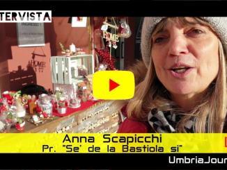 Anna Scapicchi, presidente de Se' de la Bastiola si' presenta il mercatino della solidarietà