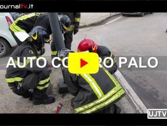 Auto a gpl contro un palo a una rotatoria di Bastia Umbra, nessun ferito