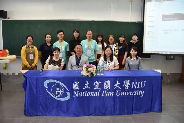"""台湾东吴大学中文系谢静国助理教授为学生们讲授""""华语系文学之总论""""。"""