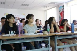 同学们专心聆听。