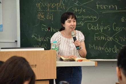 """宜兰大学外文系高珮文助理教授为学生们讲授""""台湾、英美现代主义文学""""课程。"""