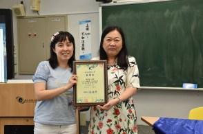 宜兰大学外文系高珮文教授颁发感谢状给马来亚大学中文系潘碧华副教授。