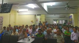 出席者聆听学者发表演说。