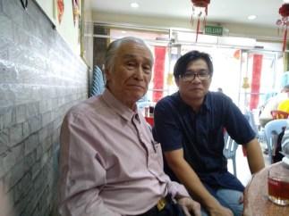 何启才老师(右)与陈凯希先生(左)合照。