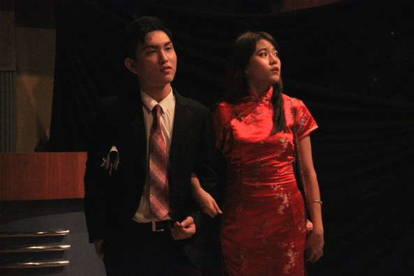 马大中文系大一生进行《红玫瑰与白玫瑰》戏剧表演。