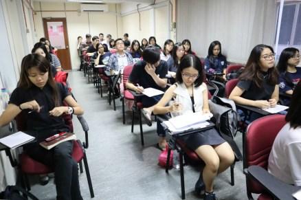 同学们听课情景。