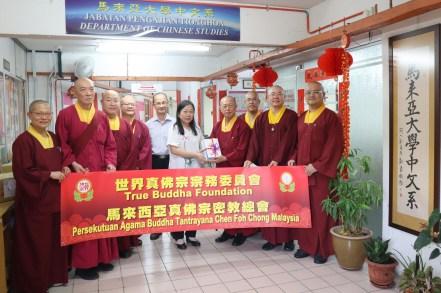 马来西亚真佛宗总会将出版品赠送予马大中文系。