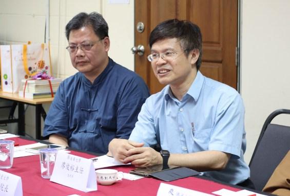台湾南华大学文学系陈章锡主任(左)及生死学系廖俊裕主任(右)。