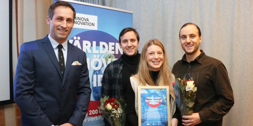 Ellen Bergström, Harvest, tillsammans med sina medarbetare Tobias Remes och Daniel Remes, i samband med att vann klimattävlingen Energy Solution Challenge. Till vänster Johan Hedengran, affärsutvecklare Uminova Innovation.