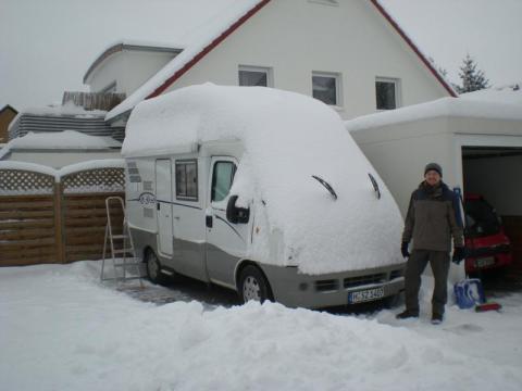 Weisser Schnee auf weissem WoMo...