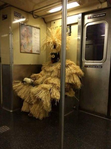 Deus Obaluaê, é flagrado no metrô