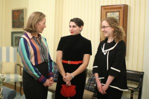 Author Liza Mundy meets with Claire Goode '18 and Cristina Montemorano '20 at a dinner Jan. 25. The honors students are part of a course called Great Lives: Biographical Approaches to History and Culture. (Karen Pearlman)