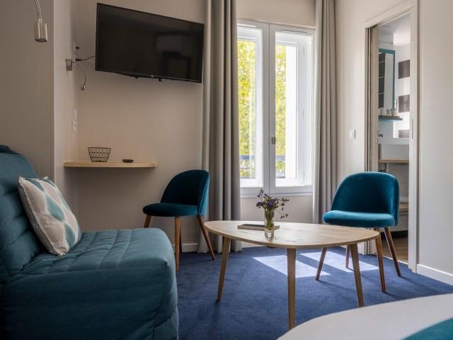 coin salon et télé de la chambre privilège - Un hôtel sur le Port