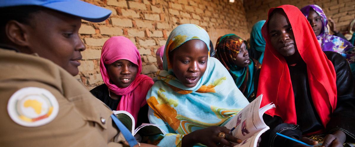 Niñas del campamento de desplazados internos de Abu Shouk (cerca de El Fasher, en el norte de Darfur) utilizan los libros proporcionados por el componente policial de UNAMID.