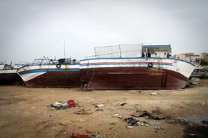 Barcos de inmigrantes abandonados frente al puerto de Lampedusa, Italia.