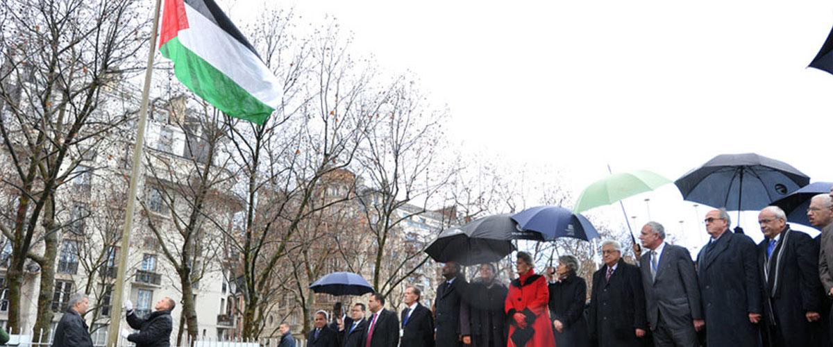 Izamiento de la bandera palestina en la sede de la UNESCO en París, Francia.