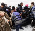 Un grupo de refugiados desembarca de un bote inflable tras alcanzar la costa de la isla griega de Lesbos. Foto: ACNUR/Achilleas Zavallis