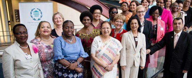 رئيس الاتحاد البرلماني الدولي، صابر تشودري مع النساء رؤساء البرلمانات. المصدر: الاتحاد البرلماني الدولي