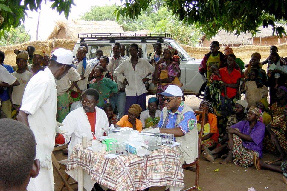 فريق متنقل من العاملين في مجال الرعاية الصحية الوطني يقومون بفحص السكان في قرية بودو، تشاد. الصورة: منظمة الصحة العالمية