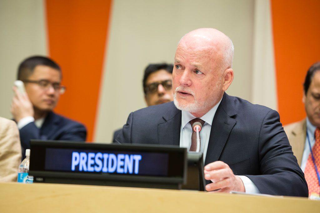بيتر تومسون رئيس الدورة الحالية للجمعية العامة. UN Photo/Manuel Elias