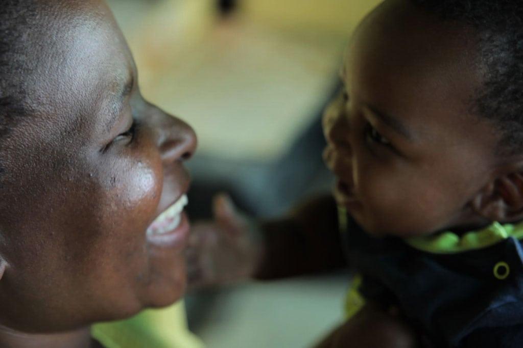 Una madre y su hijo en su casa de Soweto, un barrio de las afueras de Johannesburgo, en Sudáfrica. Foto: UNICEF/Karin Schermbrucker
