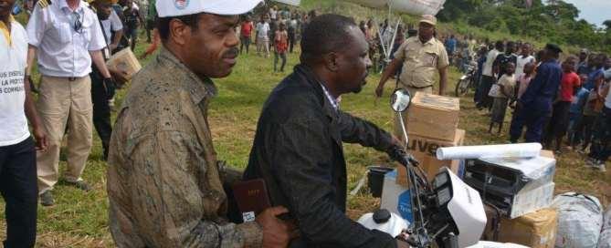 Representantes del Ministerio de Sanidad de la República Democrática del Congo, la OMS y UNICEF llegan a Likati, el epicentro del brote de ébola. Foto: OMS