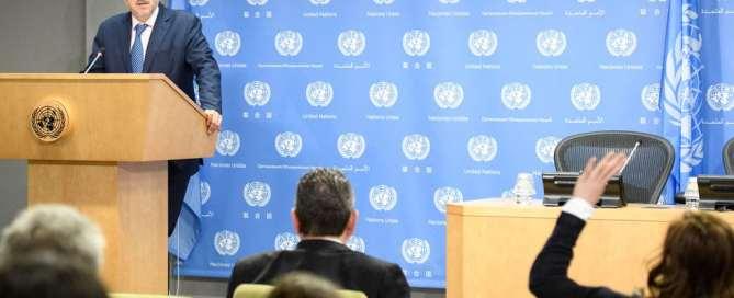 El portavoz de la ONU, Stephan Dujarric, lee un comunicado sobre la retirada de Estados Unidos del Acuerdo de París. Foto: ONU/Manuel Elías