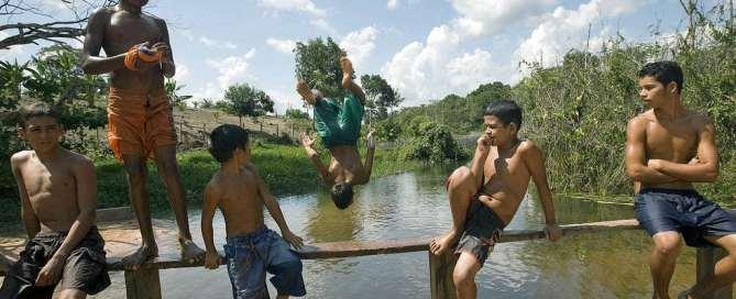 Jóvenes residentes en el bosque nacional Tapajós, en Brasil, nadan en el río para refrescarse del intenso calor. Foto archivo: ONU/Eskinder Debebe