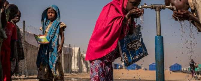 Niños beben de una fuente de UNICEF dentro del campamento de desplazados Bukasi, en el estado de Borno en Nigeria. Foto: UNICEF/Gilbertson