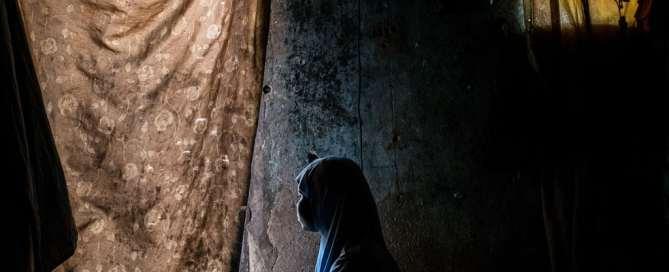 Dada, de 15 años, y su hija Hussaina, de 2 años, en su casa en un refugio comunitario de Maiduguri, en el estado de Borno, en Nigeria. Dada tenía 12 años cuando fue secuestrada por Boko Haram. Foto: UNICEF/Ashley Gilbertson