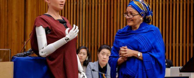 Amina Mohammed, la vicesecretaria general de la ONU conversa con Sophia, la robot inteligente de Hanson Robotics. Foto: ONU/Manuel Elias