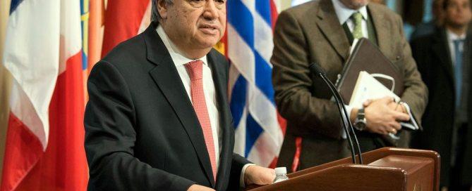 António Guterres (izq.) durante su encuentro con la prensa este viernes. Foto: ONU/Eskinder Debebe