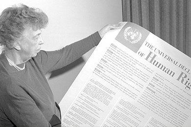 Eleanor Roosevelt sostiene la Declaración Universal de los Derechos Humanos. Foto: Archivo ONU