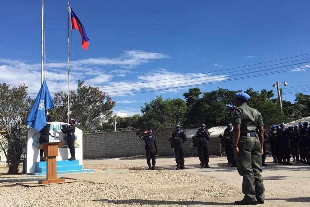 Iza de la bandera de la ONU en la ceremonia de apertura para la nueva nueva Misión de Apoyo a la Justicia en Haití (MINUJUSTH). Foto: MINUJUSTH / Logan Abassi