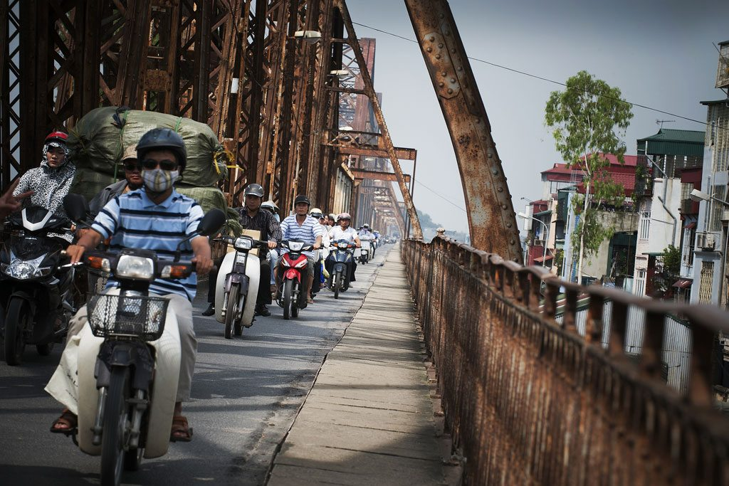 Une file de motos traverse le pont Long Bien sur la rivière Rouge à Hanoi, au Viet Nam. La moitié de la population mondiale vit en milieu urbain. Photo : ONU / Kibae