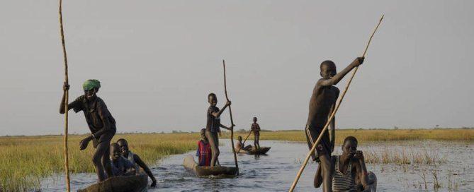 De jeunes garçons rentrent chez eux après avoir pêché pendant une journée dans les marécages de Nyal, au Soudan du Sud. Photo: FAO / Lieke Visser