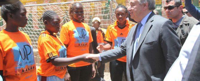 Le Secrétaire général de l'ONU, António Guterres, rencontre des jeunes femmes dans un bidonville de Mathare, à Nairobi, au Kenya. Photo ONU Habitat/Julius Mwelu