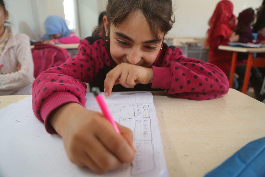 16 janvier 2017: une jeune fille dans une classe de langue turque dans le camp de réfugiés Nizip 1, à Gaziantep, dans le sud de la Turquie. Le camp de Nizip 1 abrite plus de 10.000 réfugiés syriens, dont plus de 5.000 enfants. Photo: UNICEF/Can Remzi Ergen