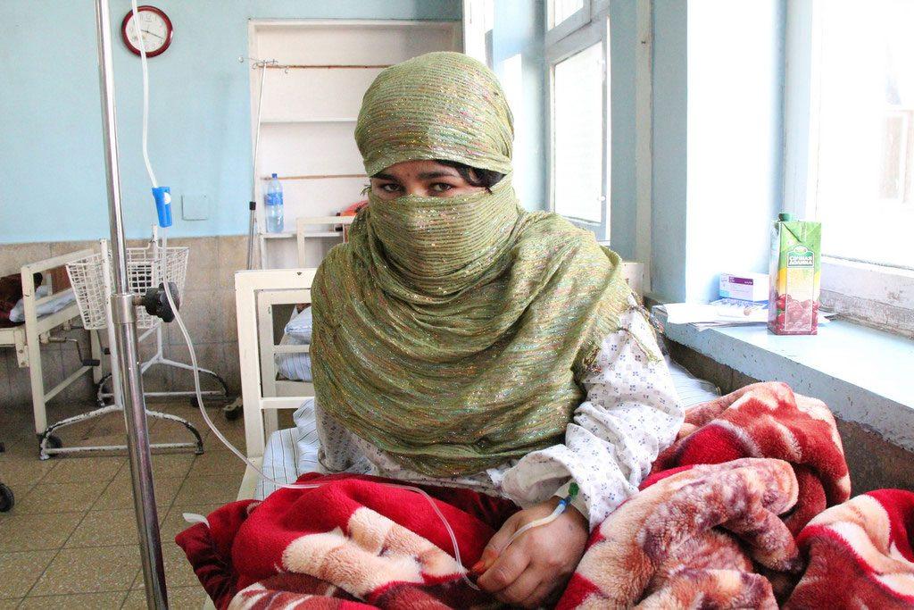 Bien que l'accès aux soins de santé reproductive et maternelle se développe, la coutume locale dissuade Fereshta (ci-dessus), comme beaucoup de femmes en Afghanistan, de demander des soins obstétricaux d'urgence. Crédit UNFPA