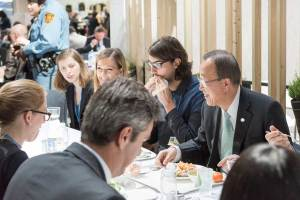 Photo: Ban Ki-moon has lunch in one of the cafeterias at Le Bourget, site of the COP21 on 11 December.