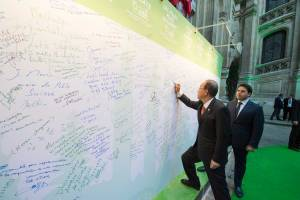 Photo: Ban Ki-moon adds his name to those of the participants of the Climate Summit for Local Leaders, taking place on the margins of the UN Climate Change Conference in Paris on 4 December.