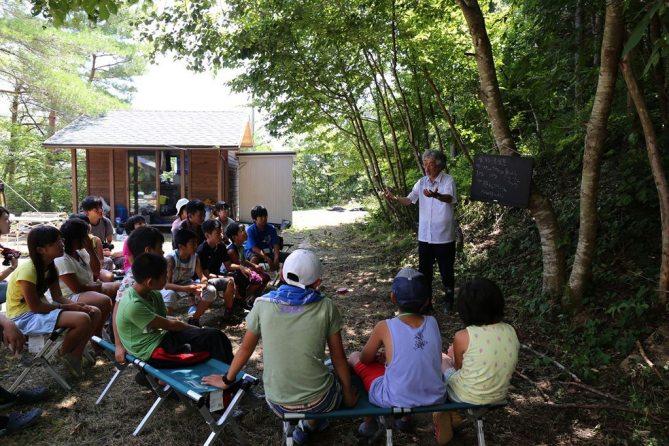 Shigeatsu Hatakeyama teaches children about environmental conservation. Photo/Mori wa Umi no Koibito