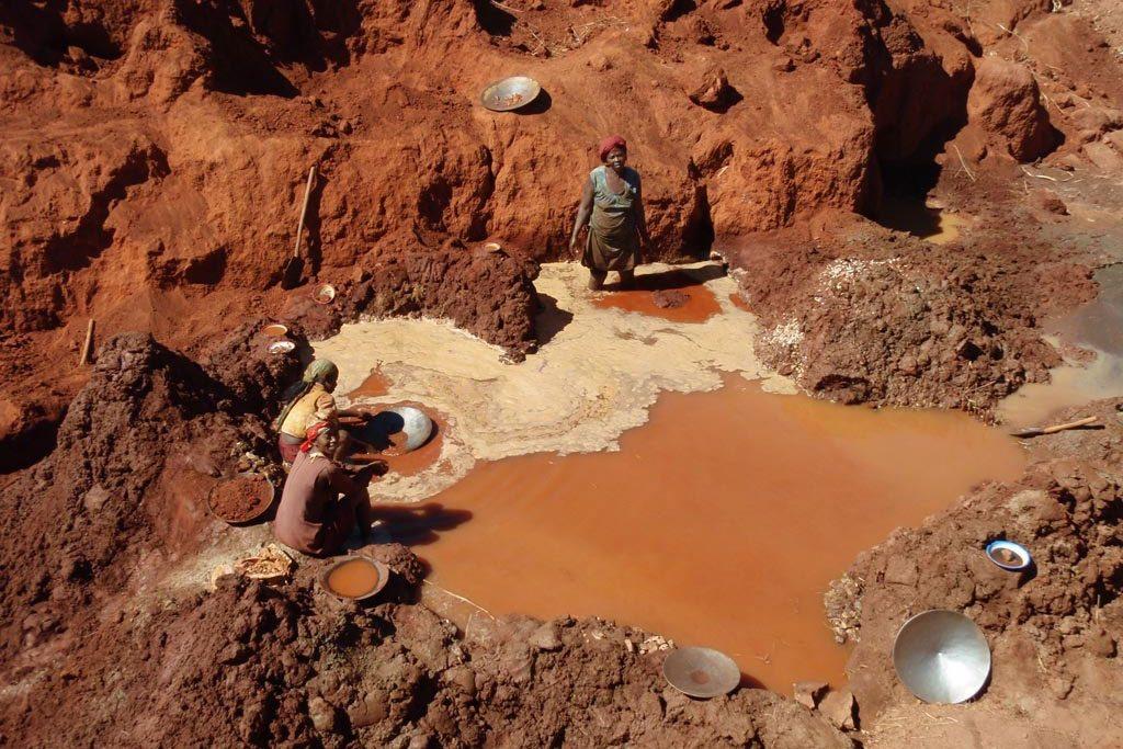 Conventia internationala globala Minamata restrange activitatea de minerit clandestin si emisiile poluante de mercur, reglementand strict traseul tehnologic si ecologic al mercurului pana la depozitarea controlata a deseurilor finale indestructibile pe cale naturala.