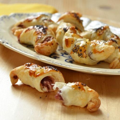 Mini croissants con formaggio di capra e cipolle rosse caramellate all'aceto balsamico Asperum