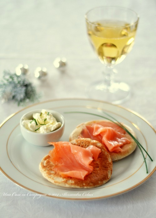 Blinis con crème fraîche e salmone affumicato