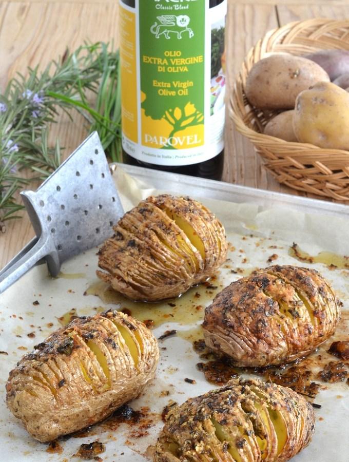 Patate hasselback al Montasio, erbe aromatiche e olio d'oliva