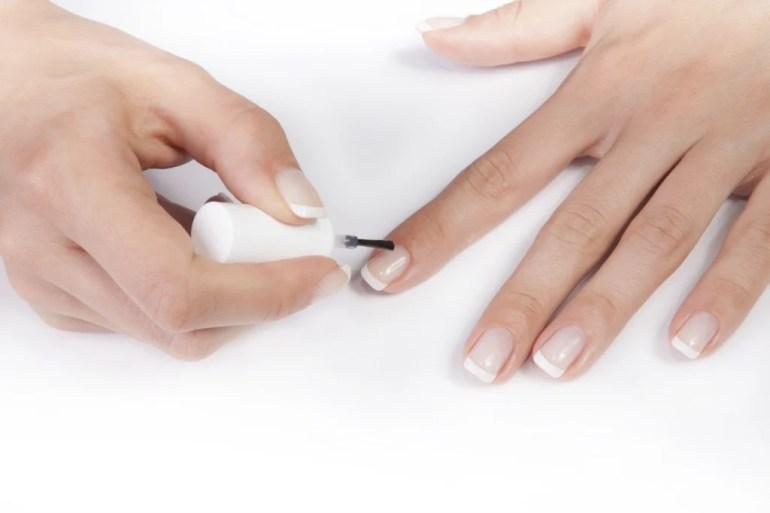 La french manicure è l'ideale per un look raffinato ed elegante che si adatta a qualsiasi occasione
