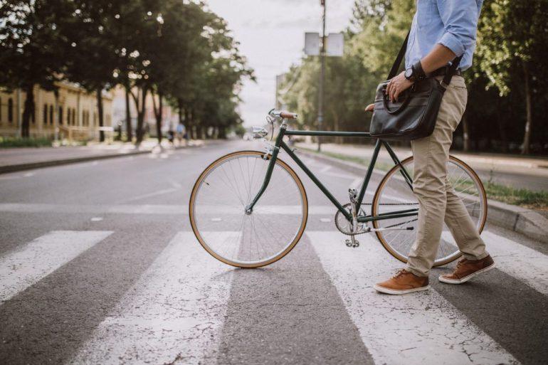 Usare meno l'auto e più la bicicletta.