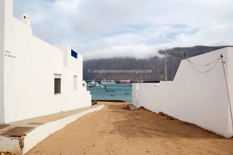 Isla Graciosa: casette bianche, terra battuta ed in fondo l