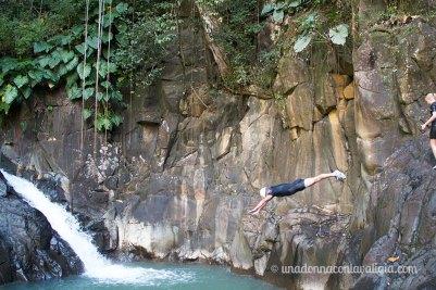 Un tuffo nella cascata dell'Acomat